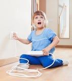 Niño de tres años que juega con electricidad Imagenes de archivo