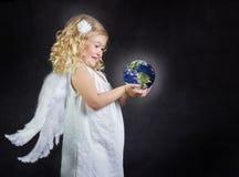 Niño del ángel que sostiene el mundo en sus manos Fotos de archivo