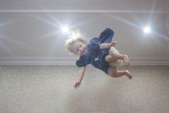 Niño del añil Muchacha en alineada azul imagenes de archivo