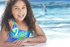 Niño del afroamericano en piscina Foto de archivo libre de regalías
