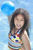 Niño del afroamericano que juega en piscina Imagen de archivo