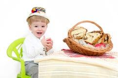 Niño del arreglo de Pascua Foto de archivo libre de regalías