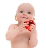 Niño del bebé del niño que lleva a cabo símbolo rojo del día de tarjetas del día de San Valentín del corazón Imagen de archivo
