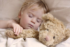 Niño del bebé dormido con el oso de peluche Fotografía de archivo libre de regalías
