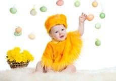 Niño del bebé vestido en traje del pollo de Pascua Foto de archivo libre de regalías
