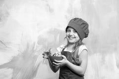 Niño del cocinero en sombrero del cocinero, galletas del control del delantal o galletas Imagen de archivo libre de regalías