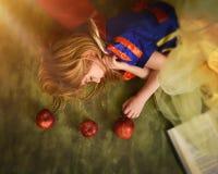 Niño del cuento de hadas que duerme con Apple Foto de archivo