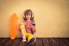 Niño del inconformista con el monopatín Fotos de archivo