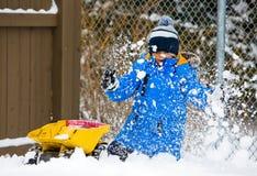 Niño del invierno en la nieve Foto de archivo