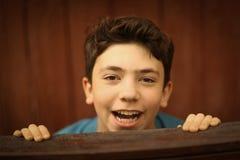 Niño del muchacho del adolescente en camiseta casual de la moda y retrato lleno del cuerpo de los pantalones cortos Fotos de archivo