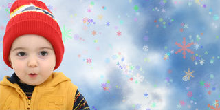 Niño del muchacho del invierno en fondo mágico del copo de nieve Imagen de archivo