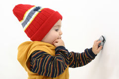 Niño del muchacho del invierno que juega con el coche foto de archivo libre de regalías