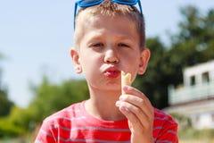 Niño del muchacho del muchacho que come el helado Foto de archivo libre de regalías