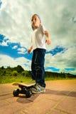 Niño del muchacho del patinador con su monopatín Actividad al aire libre foto de archivo libre de regalías