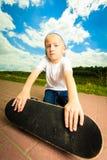 Niño del muchacho del patinador con su monopatín Actividad al aire libre imagen de archivo libre de regalías