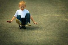 Niño del muchacho del patinador con su monopatín Actividad al aire libre fotos de archivo