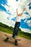 Niño del muchacho del patinador con su monopatín Actividad al aire libre fotografía de archivo