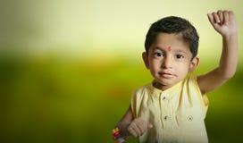 niño del muchacho del super héroe del superhombre que aumenta la mano para el vuelo Foto de archivo