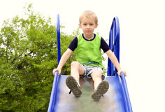 Niño del muchacho que juega en patio del parque Foto de archivo libre de regalías