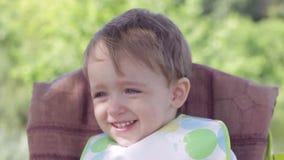 Niño del muchacho que llora y que se ríe de la tabla almacen de video