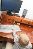 Niño del niño del niño pequeño que juega en el ordenador Fotos de archivo