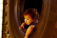 Niño del niño dentro de la rueda grande Fotos de archivo libres de regalías