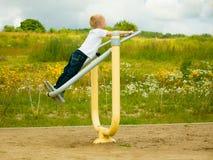 Niño del niño en juego del muchacho de la acción en estirar el equipo Foto de archivo libre de regalías