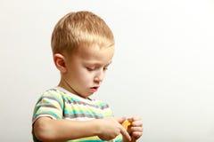 Niño del niño pequeño que juega con los juguetes de las unidades de creación interiores Fotografía de archivo