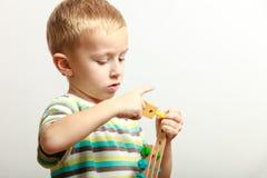 Niño del niño pequeño que juega con los juguetes de las unidades de creación interiores Imágenes de archivo libres de regalías