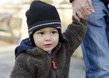 Niño del niño que lleva a cabo la mano Imagen de archivo