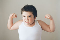 Niño del niño que muestra los dientes del ejercicio de los músculos Fotografía de archivo libre de regalías