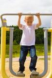 Niño del niño que se divierte en caminante del aire del patio Imagen de archivo libre de regalías