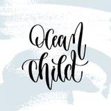 Niño del océano - mano que pone letras al cartel de la tipografía sobre cita positiva del tiempo de verano libre illustration