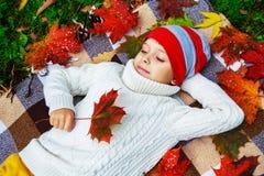 Niño 11 del otoño imagen de archivo