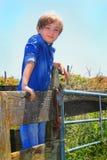 Niño del país en la cerca Fotos de archivo libres de regalías