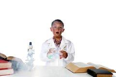 Niño del químico que hace humo del experimento Fotos de archivo