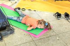 Niño del refugiado que duerme en el Keleti Trainstation en Budapest Imagen de archivo libre de regalías