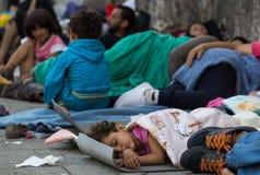 Niño del refugiado que duerme en la estación de tren de Keleti en Budapest