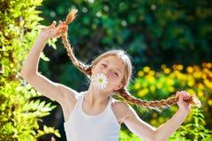 Niño del verano con las trenzas o las trenzas imágenes de archivo libres de regalías