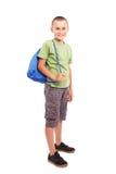 Niño deportivo con el morral aislado en blanco Foto de archivo