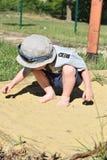 Niño descalzo en arena Foto de archivo libre de regalías