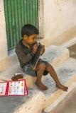 Niño descalzo en los pasos de su escuela pública Fotografía de archivo