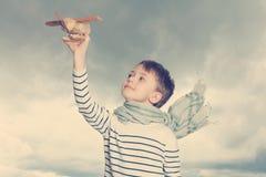 Niño despreocupado con el juguete al aire libre Imagenes de archivo