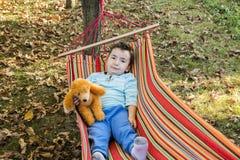 Niño despreocupado en hamaca Imagen de archivo