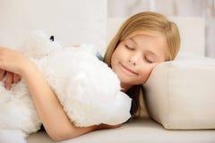 Niño despreocupado que duerme con el juguete del oso Fotografía de archivo libre de regalías