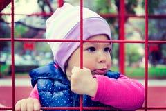Niño detrás de la red Fotografía de archivo libre de regalías