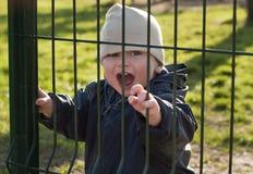 Niño detrás de una puerta Fotografía de archivo libre de regalías