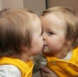 Niño detrás del espejo Fotografía de archivo libre de regalías