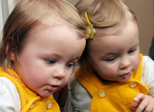 Niño detrás del espejo Imagenes de archivo