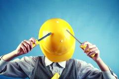 Niño divertido como trabajador de construcción que lleva un yel Fotos de archivo